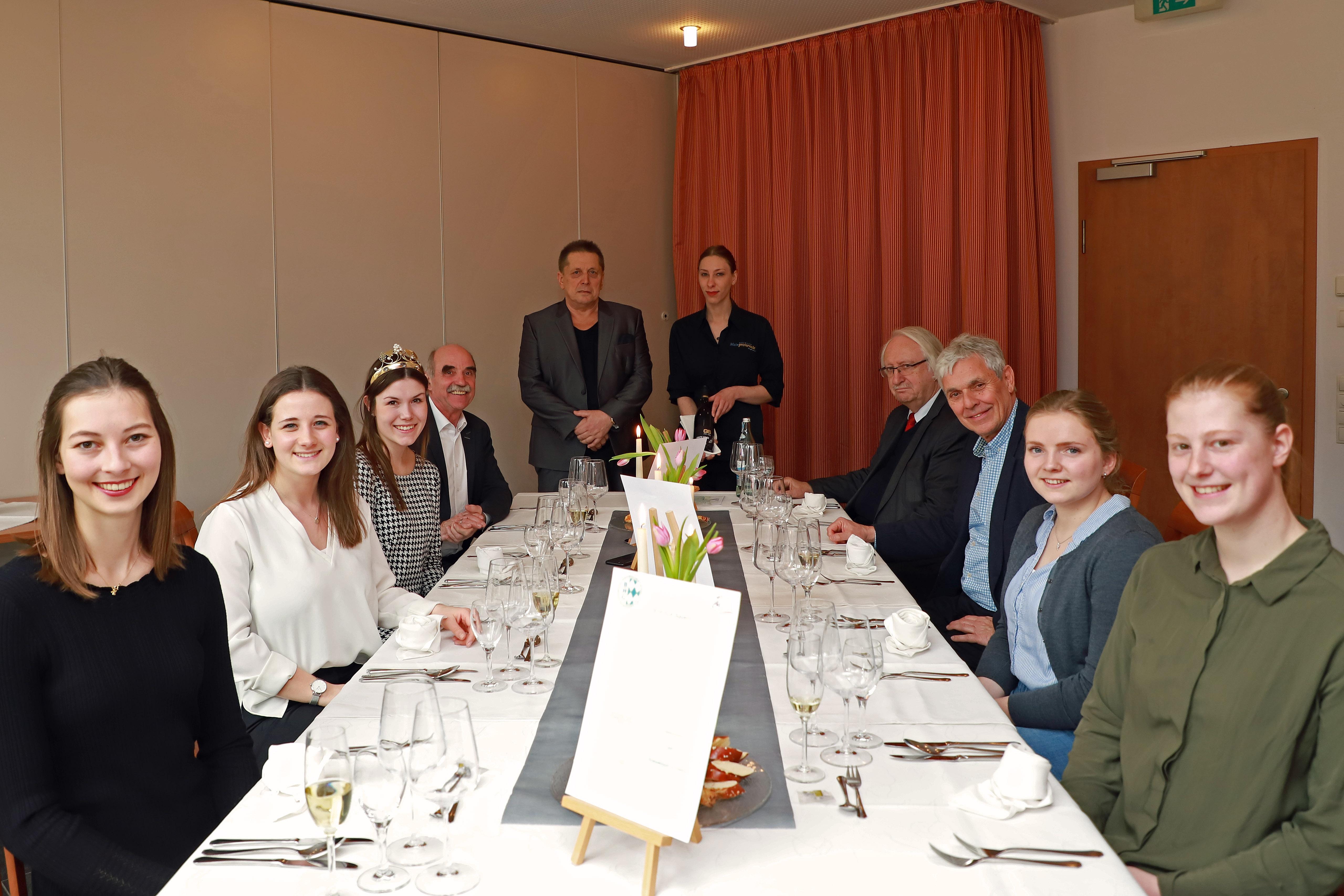 DEHOGA Schulung für die Bewerberin für die Wahl der Fränkischen Weinkönigin am 20. März 2020 in Karlstadt. Frankenwein und Gastronomie passen zusammen.