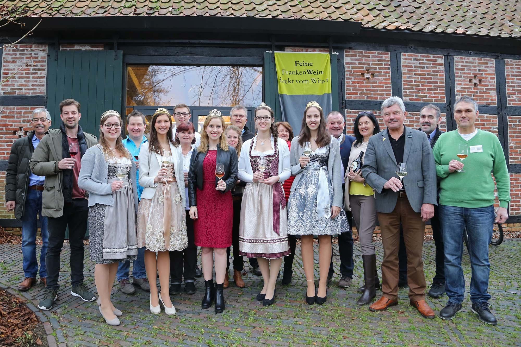 Gemeinsam mit Bürgermeister Stefan Schwenke (3.v.l.) und den Weinprinzessinnen Teresa Diener (v.l., Erlenbach), Loraine Hock (Karlburg), Selina Dusold (Oberschwarzach) und Annika Burkard (Stetten) sowie der Fränkischen Weinkönigin Klara Zehnder (m.) eröffnete Bruno Bruno Kohlmann, 1. Vorsitzender des Fränkischen Gewächses, die 14. Frankenwein-Vernissage in Worpswede. Foto: Rudi Merkl