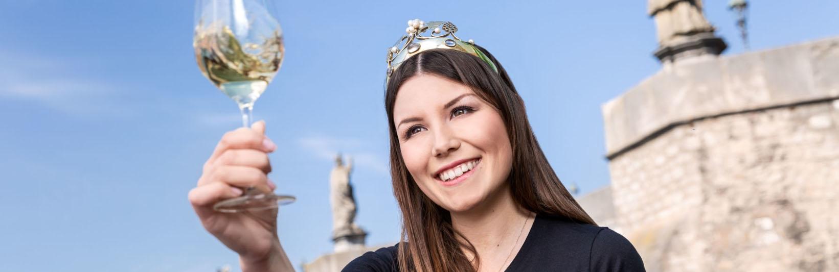 Fränkische Weinkönigin moderiert Weinprobe mit Staaehrenpreisträgern