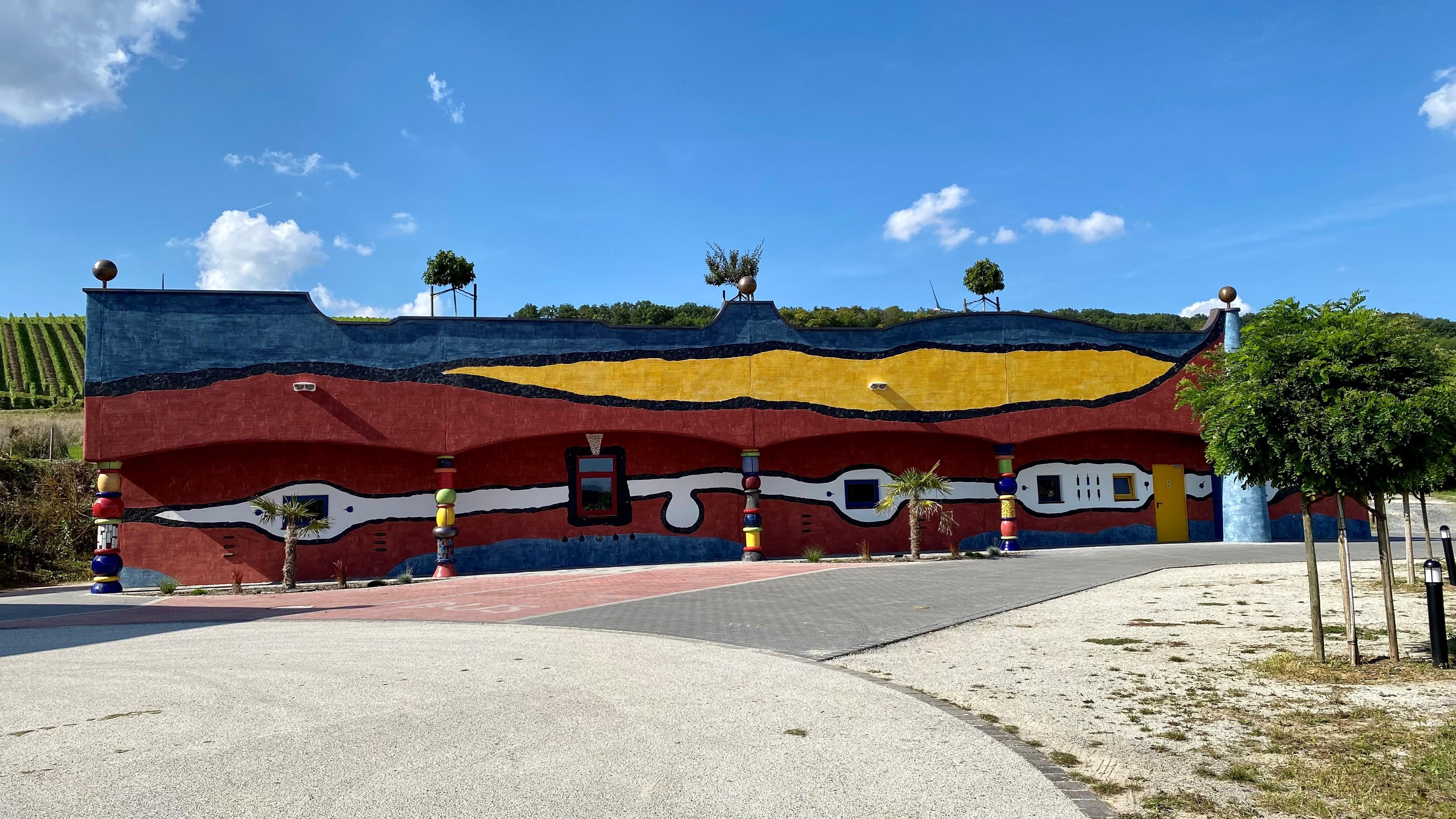 Neue Weinkellerei des Weinguts Hirn in Hundertwasser-Architektur. Foto Weingut Hirn